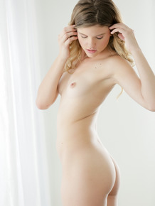 Teenage babe Scarlett Fever loses her bra and pink panties at the photoshoot