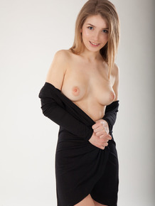 Natural blonde with a killer smile Verona J undresses to model in the nude