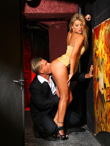 Hot blonde chick Cindy Hope seduces her man with her perfect ass