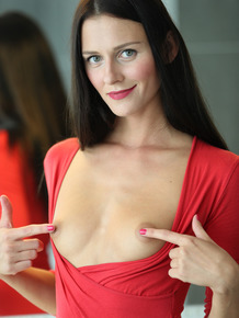Skinny brunette makes her nude modeling premiere in the bathroom tub