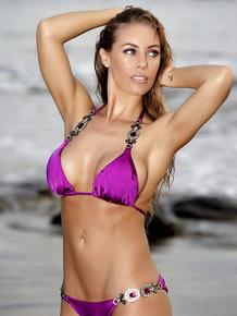 It is a good day for a beach walk for luscious slut Nicole Aniston