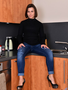 Fantastic housewife Jamie Ray gets nude in the kitchen and spreads her coochie