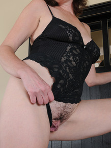 30 plus female Veronica Snow parts her trimmed muff as she gets naked