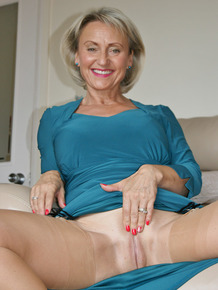 Busty mature woman Michelles Nylons massages her beaver in stockings