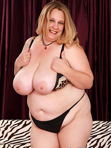 BBW Winter Wolf removes bra and panties before showing her twat in bare feet