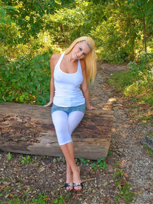 Blond amateur takes off her legging before showing her tits in the garden