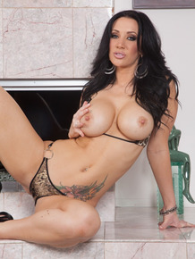 Hot curvylicious MILF Jayden Jaymes gets her both holes destroyed