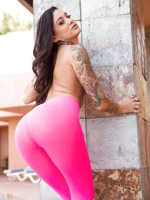 Inked busty senorita Alby spreads her big butt cheeks outside