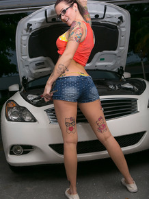 Amateur chikc with lots of tattoos strips naked with hood up on her car