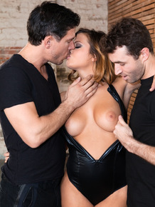 Hot MILF Keisha Grey gets down on her knees while pleasuring two men