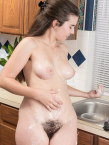 Solo girl with unshaven armpits fingers her wet beaver in kitchen sink