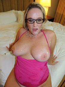 Amateur BBW Dee Siren dildo her twat after getting cum on face in hotel room