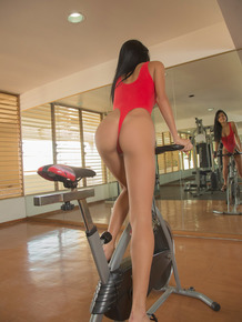 Sports girl Denisse Gomez gets of the bike & spread to beg for cock in the gym
